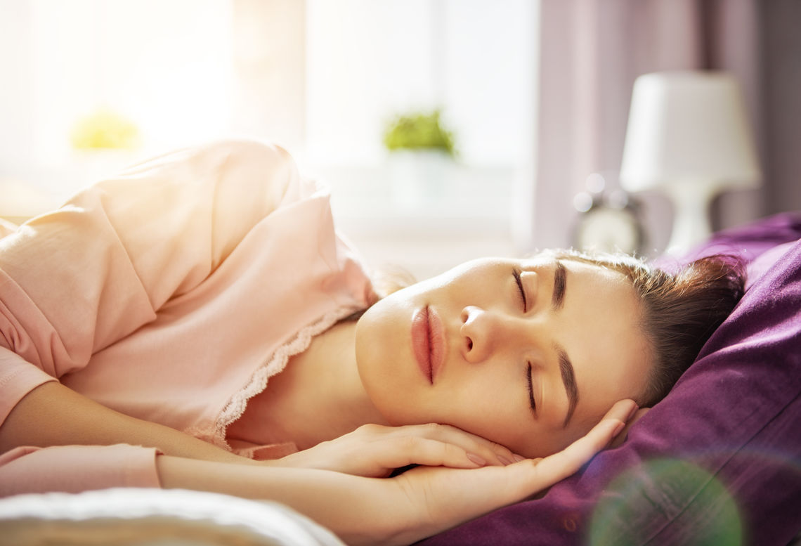 woman sleeping sunny morning pfyf7cg
